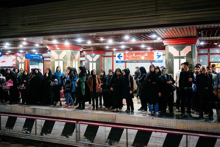 Segregacja płciowa na peronie. Potem wszyscy i tak mieszają się na ruchomych schodach (fot. Kuba Głębicki)