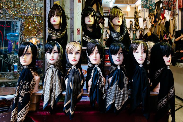 Do wyboru, chociaż nie do koloru. Większość kobiet nosi czarne chusty. Ale są i takie od Louis Vuitton (fot. Kuba Głębicki)