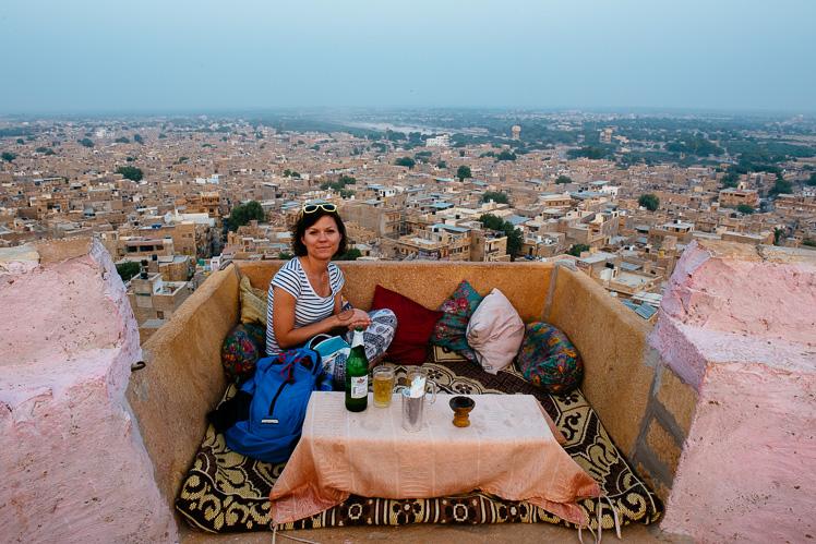 Kolacja z widokiem na Jaisalmer (fot. Kuba Głębicki)
