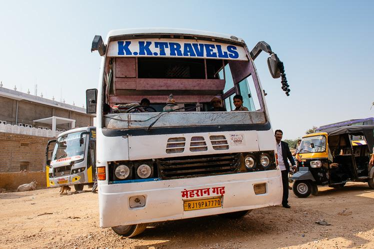 Ma być tanio, wygodnie i bezpiecznie? Bywa różnie... Na zdjęciu indyjski autobus (fot. Kuba Głębicki)