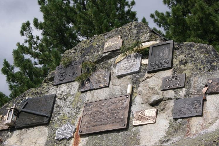 Jest też tablica upamiętniająca Tomasza Kowalskiego i Macieja Berbekę, a także symboliczna tablica Wandy Rutkiewicz
